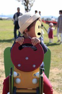 公園で遊ぶ子供の画像