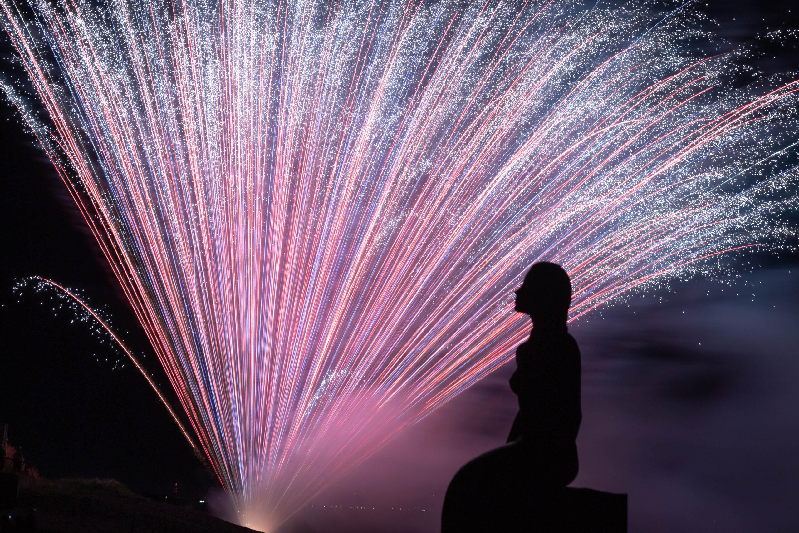 鵜の浜人魚像と打ち上げ花火