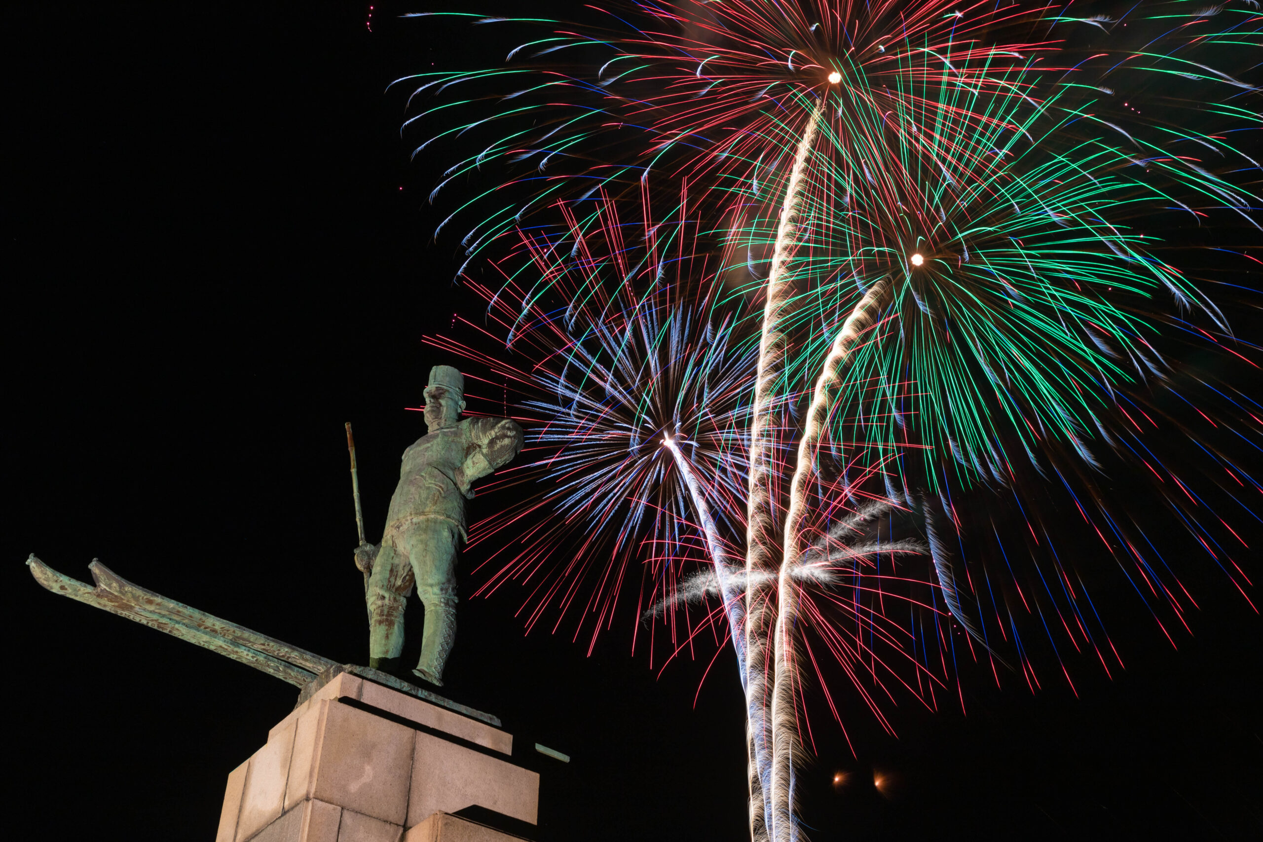 レルヒ像と打ち上げ花火